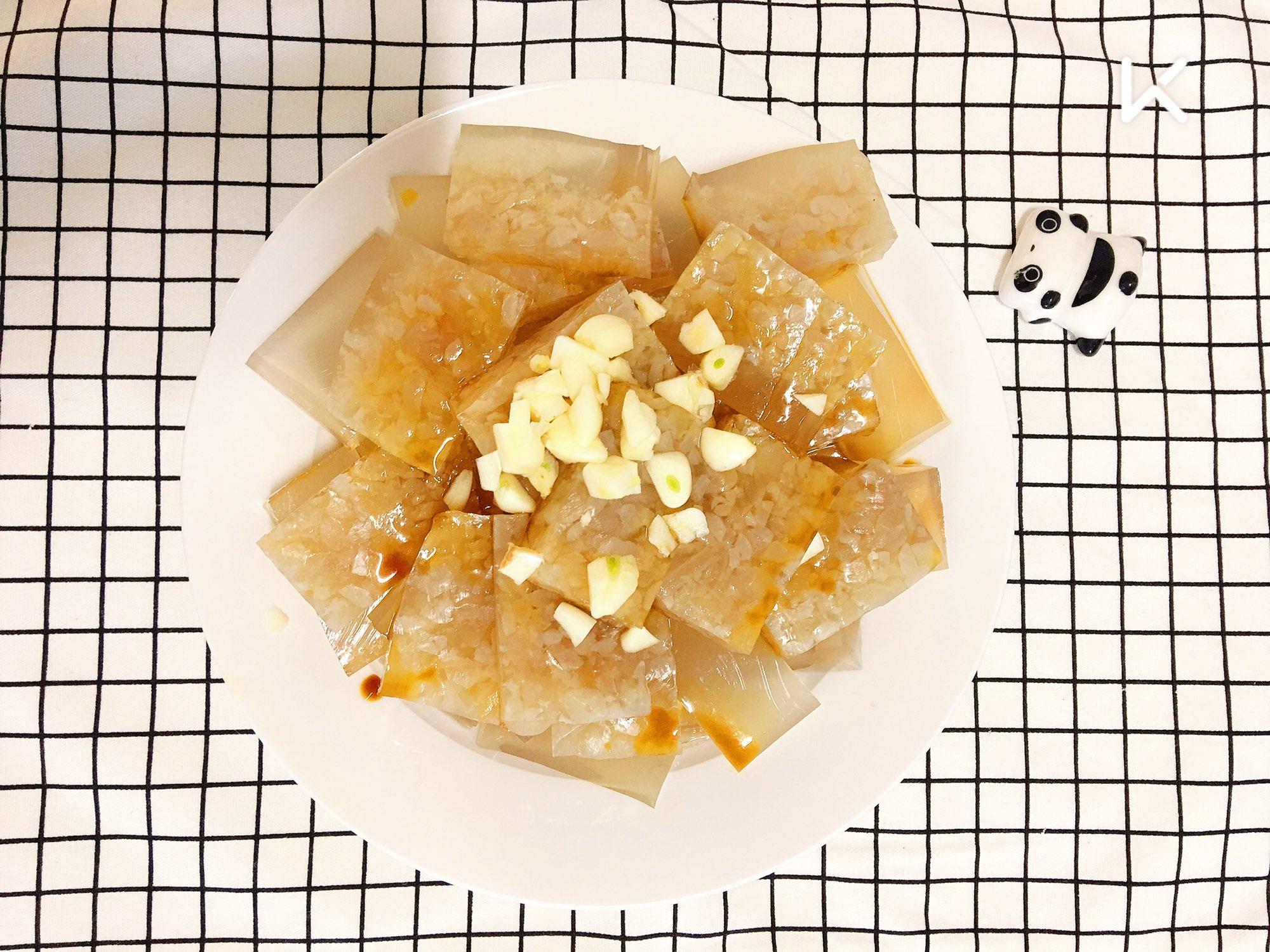 午餐: 鸡蛋羹卤味拼盘水晶皮冻杂粮馒头  今天的鸡蛋羹气孔还是太大